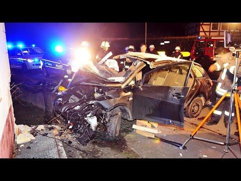 Frontal gegen Haus: Vier Schwerverletzte