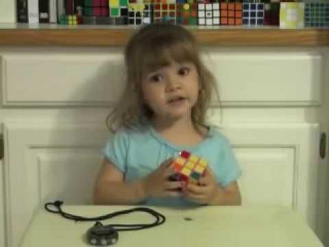 bambina di 3 anni risolve il cubo di rubik in 2 minuti!