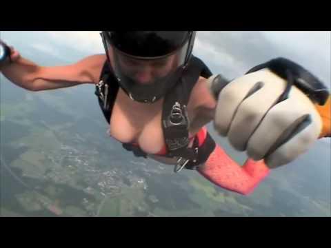一群女人穿著比基尼跳傘..