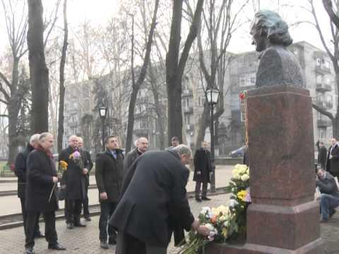 Президент Республики Молдова Николае Тимофти возложил цветы к бюсту поэта Григоре Виеру на Аллее классиков