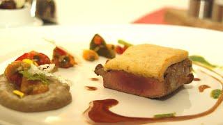 Geschmortes und gebratens vom Lamm mit Paprika, Oliven und Ziegenkäse