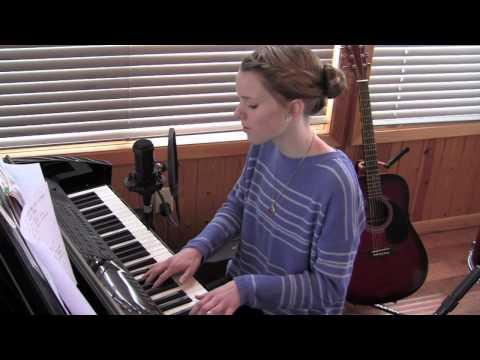 13 årig tjej spelar piano och sjunger eget material