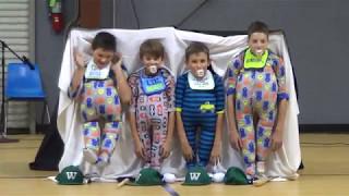 4 uczniów podstawówki przebrało się za niemowlaki. Ich występ sprawił, że cała sala pękała ze śmiechu!
