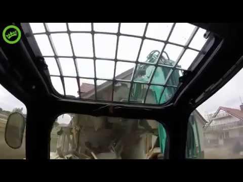 Wkurzony budowlaniec nagrał jak niszczy dom koparką, bo nie dostał zapłaty