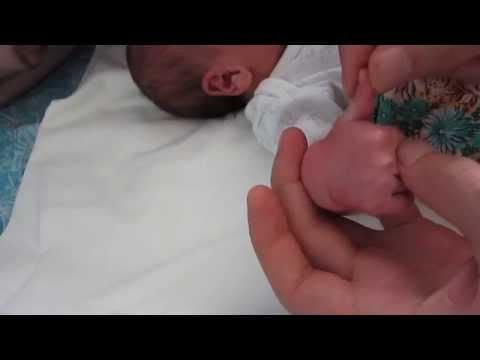 Як обрізати нігті новонародженій дитині. Марку 12 днів. Як обрізати нігті немовляті