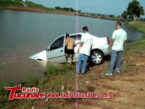 Carro desengatado cai dentro de lago em Juara/MT