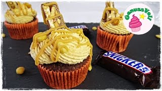 Rezept für leckere Snickers Cupcakes mit einem Kern aus Karamell  schokoladig, nussig und karamellig  Erdnuss Karamell CupcakesFolgt mir doch auch auf folgenden Plattformen. Ihr könnt mir darüber auch sehr gern Bilder von Euren Werken schicken :)FACEBOOK: https://www.facebook.com/GenussVoll88INSTAGRAM: https://www.instagram.com/genussvoll_yt/Hey ihr Lieben,in diesem Video zeige Euch ein mega leckeres Rezept und zwar für Snickers Cupcakes. Die sind gar nicht schwer zu machen und einfach nur mega gut. Sie bestehen aus einem saftigen Schokomuffin, gefüllt mit Karamell und Erdnüssen und einem richtig leckeren und cremigen Erdnussbutterfrosting.Für 12 - 13 Cupcakes:für den Teig:150g Butter150g Zucker1 EL (oder ein Päckchen) Vanillezucker2 Eier100g saure Sahne150g Mehl30g Kakaopulver (kein Kaba, Nesquick o.ä.!)1 TL Backpulvereine Prise SalzGebacken werden die Cupcakeböden bei 180°C Ober- und Unterhitze für ca. 20 Minutenfür das Erdnussbutterfrosting:160g weiche Butter135g Puderzucker160g Frischkäse160g ErdnussbutterWie ihr die Karamellsauce ganz einfach selber machen könnt, seht ihr hier: https://www.youtube.com/watch?v=2pC71deKOO4Ich wünsche Euch ganz viel Spaß beim Nachmachen und gutes Gelingen :) Lasst mir gern Feedback da!Eure AnnikaDas gezeigte Bildmaterial wurde ausschließlich von mir aufgenommen, daher besitze ich das volle Eigentumsrecht.Die Hintergrundmusik ist Gemafreie Musik zur freien Verwendung freigegeben.Music from Epidemic Sound (http://www.epidemicsound.com)__Meine BackutensilienRührmaschine: http://amzn.to/2btkk83 (ich habe das Vorgängermodell und bin sehr zufrieden!) *Handrührgerät: http://amzn.to/2cYnosL *Springform 26cm: http://amzn.to/2bC6XWb *Springform 18cm: http://amzn.to/2b0dVWp *Blechkuchen-Springform 38x25cm: http://amzn.to/2b0dQlv *Tortenring: http://amzn.to/2btl9O8 *Backrahmen: http://amzn.to/2btmlRr *Tarteform: http://amzn.to/2btk494 *Gugelhupfform: http://amzn.to/2b0fFit *Tortensäge: http://amzn.to/2b0g5W6 *Mein FilmequipmentKamera: http://