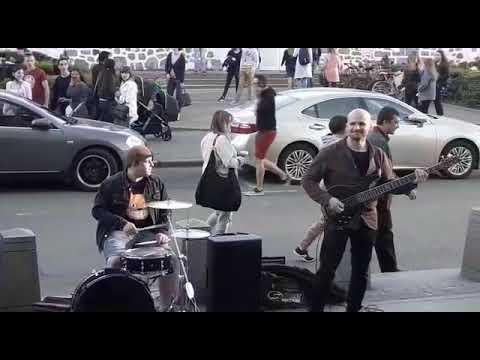 Прохожий против уличного музыканта в Москве