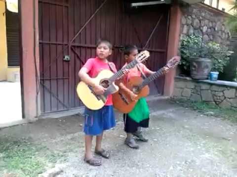 niños tocando la guitarra asombroso