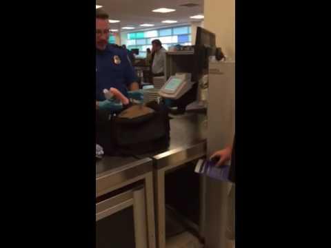 安檢人員發現行李裡有異狀時立刻打開檢查,但當他「一抽出跟著水瓶綁在一起的東西」時整個網路就全都臉紅笑炸了!