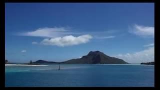 Arrivée en bateau sur l'île de Maupiti en Polynésie Française avec le Maupiti Express II. Arrival by boat on the island of Maupiti in...
