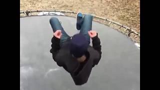 Skok na zamarzniętą trampolinę w slow motion