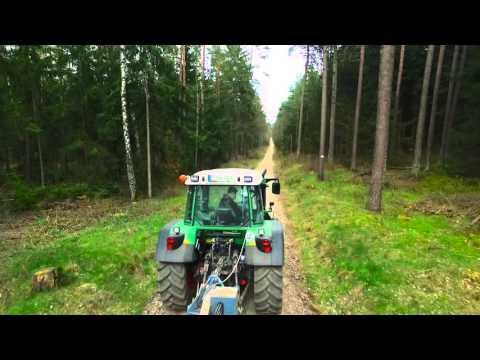 Forstbetrieb Haneder bei der Forstwegepflege mit SW01 Wegepflegegerät