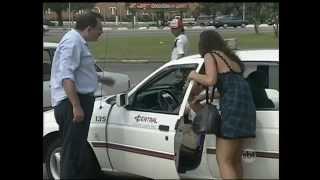 Pegadinha onde mulher pega táxi na porta do Motel e marido pensa que ela o está traindo com o motorista.
