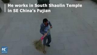 """بالفيديو.. عامل نظافة صينى يستعرض مهارته فى الكونغ فو بـ """"المقاشة"""""""