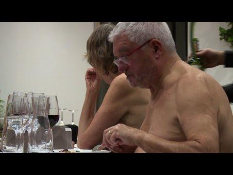 Video - Λειτουργεί το εστιατόριο γυμνιστών στο Παρίσι -Το μόνο ύφασμα είναι τα τραπεζομάντιλα [εικόνες και βίντεο]