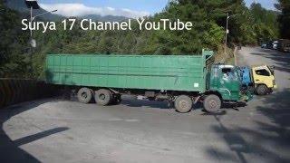 Video Detik Detik Truck Mundur dan Menabrak Pembatas Jalan Sitinjau Lauik MP3, 3GP, MP4, WEBM, AVI, FLV Agustus 2018