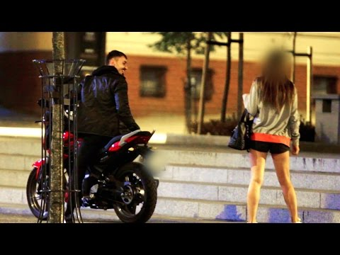 他以邋遢模樣搭訕時被嗆「滾開!」,隨後變裝成有錢人…女生永遠記住了這一晚!