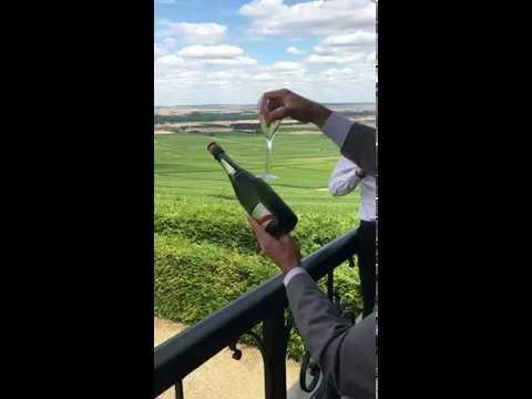 Sabrer le champagne avec une flute