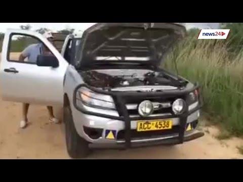 Un hombre encuentra una enorme serpiente 'durmiendo' en el motor de su coche y esto sucede