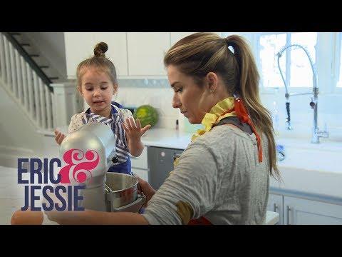 Jessie James Decker and Daughter Viv Whip Up a Treat   Eric & Jessie   E!