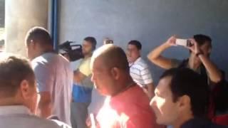 Jogadores e comissão técnica desembarcam após derrota para o Santos. Time é hostilizado na saída.