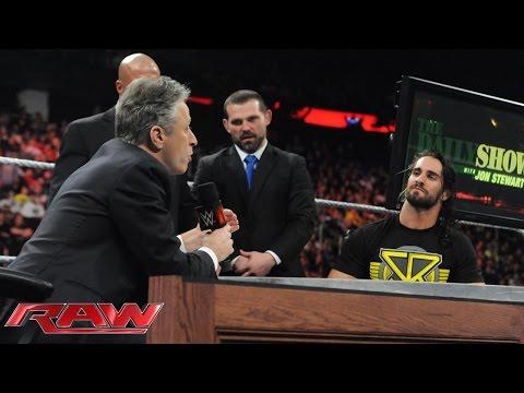 """جون ستيوارت يفر من قبضة المصارع سيث رولينز بأعجوبة في برنامج """"رو"""""""