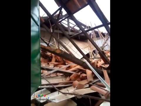 Teto de escola desaba sobre alunos em Pimenteiras
