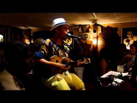 Arthur Espíndola canta Destino Cruzado na Toca da Gambá em Niterói