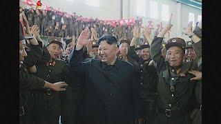 """Güney Kore, balistik füze denemelerinin ardından tırmanan gerilimi düşürmek için kuzey komşusuyla masaya oturmaya hazırlanıyor. Seul yönetimi, Kuzey Koreli yetikililerle 21 Temmuz'da askeri konuları tartışmayı planlıyor:""""Savunma Bakanlığı Kuzey Kore ile 21 Temmuz'da Panmunjom'un kuzey yakasında askeri konularla ilgili görüşme yapmayı arzu ediyor. Amacımız son dönemde artan gerilimi düşürmek.""""  Toplantılar Kuzey Kore sınırları içinde yapılacak. İki ülke hükümetleri en son 2015'te benzer topla…İLGILI HABERLER: http://tr.euronews.com/2017/07/17/guney-koreden-kuzey-komsusuna-diyalog-cagrisieuronews: Avrupa'nın en çok izlenen haber kanalı.Üye ol! http://www.youtube.com/subscription_center?add_user=euronewstreuronews şimdi 13 ayrı dilde: https://www.youtube.com/user/euronewsnetwork/channelsTürkçe: Web sayfası: http://tr.euronews.com/Facebook: https://www.facebook.com/euronews.trTwitter: http://twitter.com/euronews_tr"""