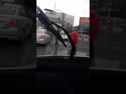 Va chạm giao thông 2 thanh niên xuống quyết đấu sinh tử giữa đường bất chấp trời mưa