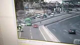 La espectacular colisión de un autobús contra un coche de la Guardia Civil en la A-6