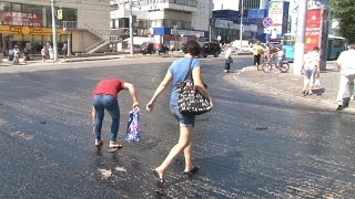 В центре Волгограда горожане «залипают» в полосе препятствий из горячей смолы