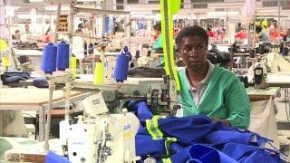 Six mois avant l'exclusion du Swaziland d'un accord commercial crucial avec les Etats-Unis, Maria Matsebula, employée dans le textile, s'était agenouillée ...