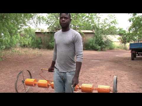 THE PHILIPPINO DRUM-SEEDER IN MALI