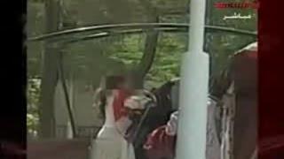 عارضة أزياء تبدل ملابسها في حديقة عامة بالكويت
