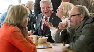 """Tafeln haben großen Zulauf. Aber ist Armenspeisung noch zeitgemäß? Wird die Armut gefestigt, statt sie zu beseitigen? Eine """"sonntags""""-Sendung aus der Suppenküche der Franziskaner in Berlin."""