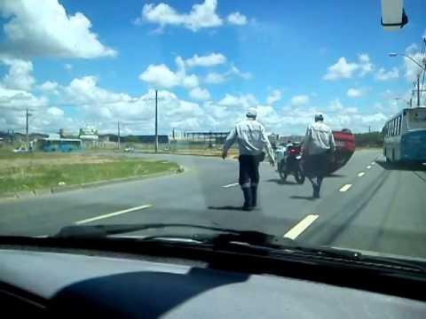 Internauta registra em vídeo carro capotado em Laranjeiras na Serra