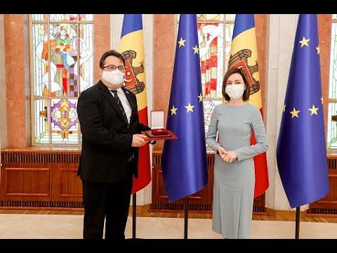 """Președintele Maia Sandu i-a conferit """"Ordinul de Onoare"""" Ambasadorului UE în Republica Moldova, Peter Michalko"""