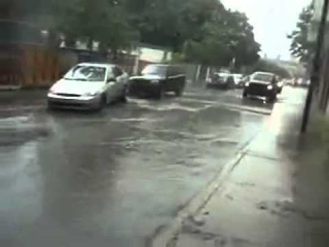 車子千萬不要停在人孔蓋上!超誇張的水柱!