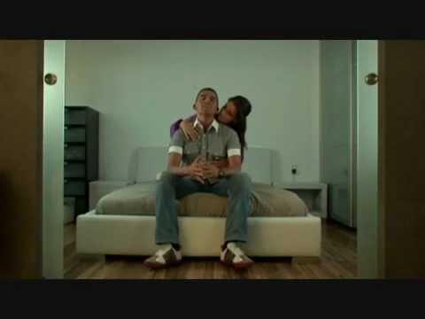 vreemd - Eerste officiéle single van Fresh, Ze Doet Vreemd. Bekijk de videoclip op TMF!± http://www.tmf.nl/video/21866/fresh_ze_doet_vreemd.html Info: http://www.frsh...