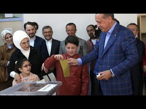 Στις κάλπες 55 εκατ. τούρκοι ψηφοφόροι για το κρίσιμο δημοψήφισμα