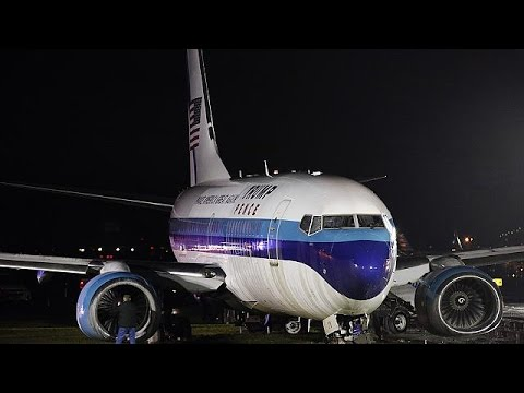 Ανώμαλη προσγείωση πραγματοποίησε αεροσκάφος στο οποίο επέβαινε ο Μάικ Πενς – world