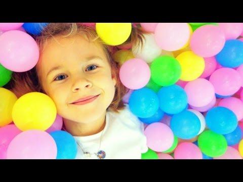 Видео для детей. Ксюша НА ДЕТСКОЙ ПЛОЩАДКЕ в \