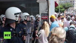 Работники здравоохранения Греции пытались прорвать полицейский кордон, чтобы поговорить с министром