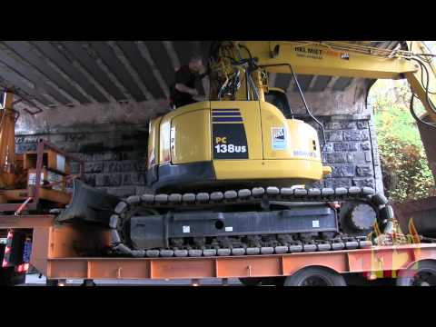 Korbach: Bagger auf Lkw klemmt unter Brücke fest