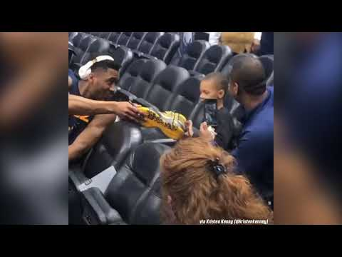Donovan Mitchell offers his shoes to a kid and gets rejected. - Thời lượng: 15 giây.