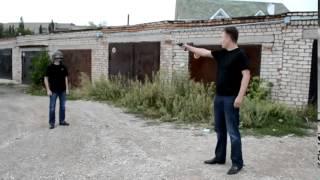 Ojciec strzela do syna z broni, aby przetestować hełm!
