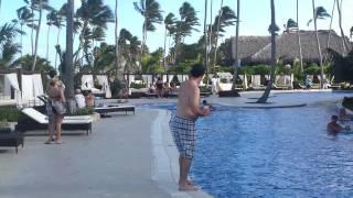 Il n'aurait pas dû pousser son pote dans la piscine...