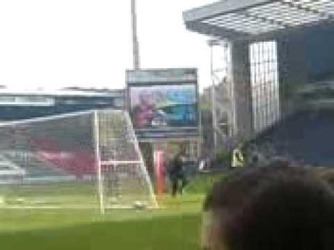 Jugadores del Blackburn Rovers entrenan en Ewood Park